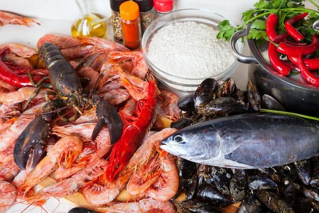 Prodotti marini crudi e riso in cucina