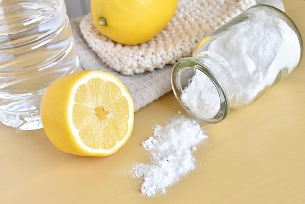 Prodotti naturali per la pulizia della casa, limone, bicarbonato di sodio e aceto, ecologici, zero rifiuti.