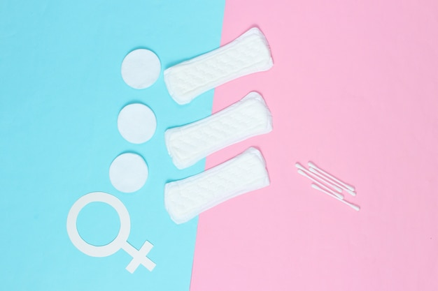 Prodotti per l'igiene femminile, cura di sé e salute, simbolo di genere femminile su sfondo pastello
