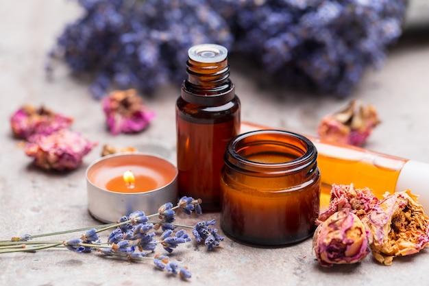 Prodotti per la cura del corpo alla lavanda. aromaterapia, spa e concetto di assistenza sanitaria naturale