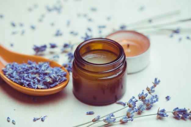 Prodotti per la cura del corpo alla lavanda, spa e concetto di assistenza sanitaria naturale