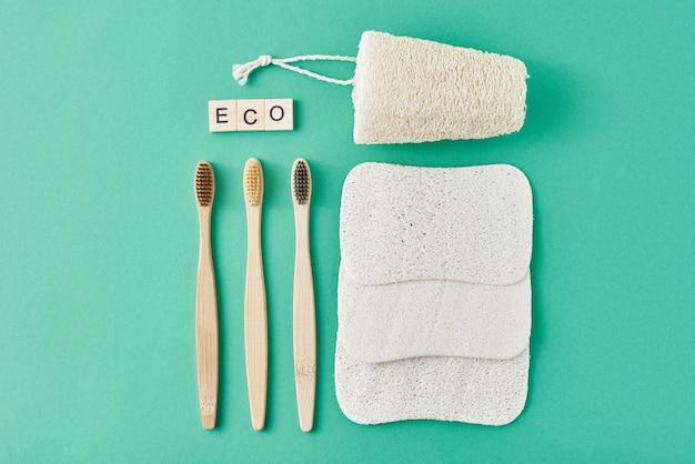 Prodotti per la cura del corpo su uno sfondo verde menta, vista dall'alto piatto con spazio di copia. concetto zero rifiuti ecologici naturali