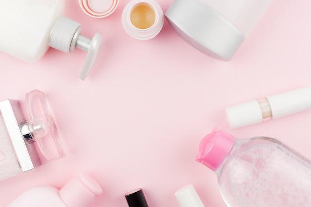 Prodotti per la cura del viso rosa che creano una cornice rotonda