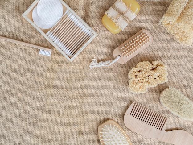 Prodotti per la cura distesi sulla trama del sacco