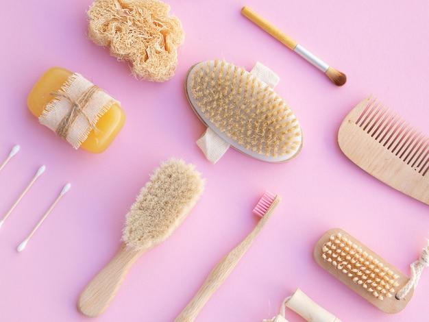 Prodotti per la cura piatta laici su sfondo rosa