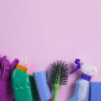 Prodotti per la pulizia nella parte inferiore dello sfondo rosa
