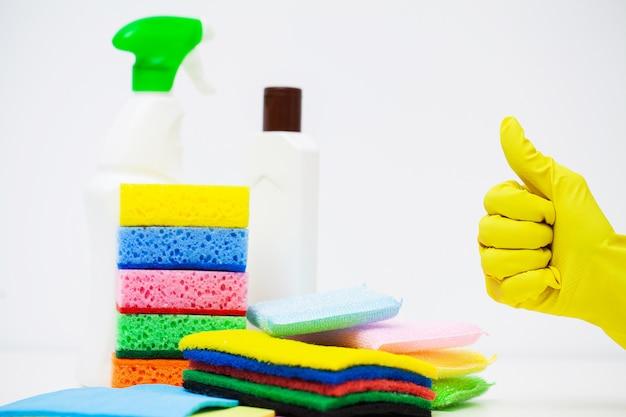 Prodotti per la pulizia professionale su sfondo bianco