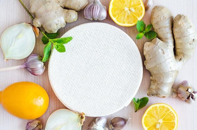Prodotti sani per l'immunità che migliora la vista dall'alto. verdure, frutta, spezie per rafforzare il sistema immunitario su fondo di legno, copia spazio