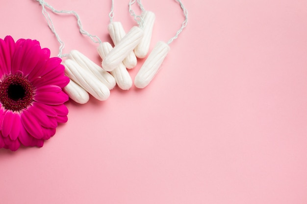 Prodotti sanitari floreali e femminili
