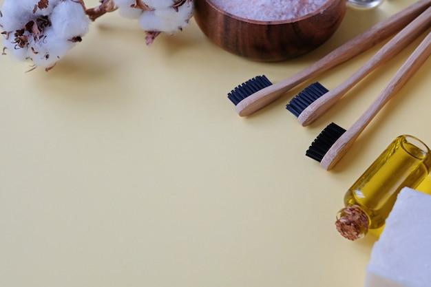 Prodotti senza plastica e spazzolino da denti in bambù