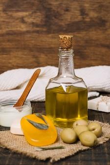 Prodotti verticali delle olive del colpo del primo piano