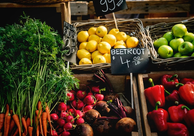 Prodotto agricolo fresco biologico al mercato degli agricoltori