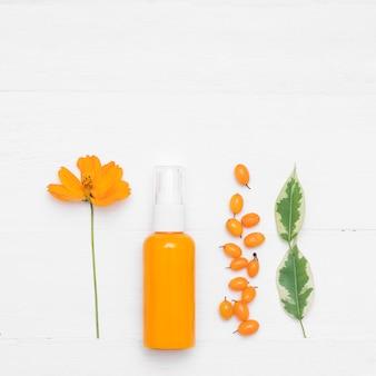 Prodotto cosmetico naturale crema cosmetica con olivello spinoso su un bianco. i cosmetici naturali naturali e la cura della pelle. posa piatta, stile minimal.