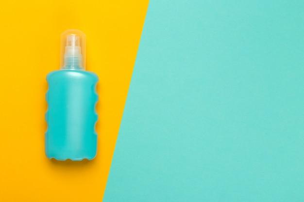 Prodotto cosmetico su uno sfondo bicolore luminoso, vista dall'alto