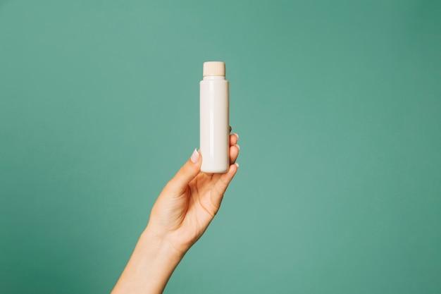 Prodotto cosmetico sulla mano femminile
