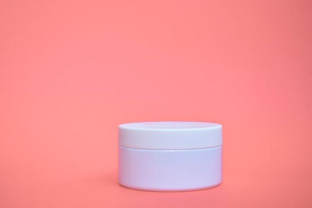 Prodotto cosmetico vaso isolato rosa