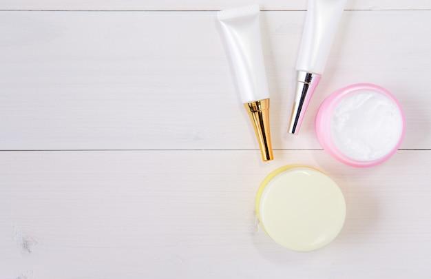 Prodotto di cura della pelle e cosmetici sul tavolo di legno bianco