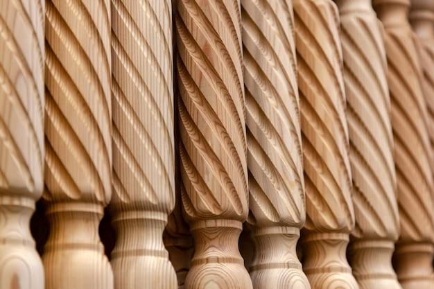 Prodotto in legno di pino di primo piano, balaustra per le scale, realizzato a mano da un falegname esperto. lavorare con il legno