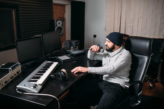 Produttore del suono con microfono in studio musicale. tecnologia di registrazione audio digitale professionale
