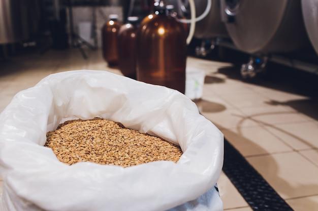 Produzione di birra artigianale nel birrificio serbatoi metallici, produzione di bevande alcoliche.