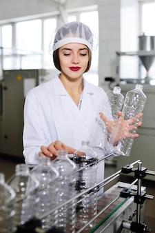 Produzione di bottiglie di plastica