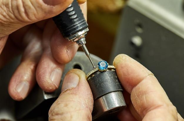 Produzione di gioielli. il processo di fissaggio delle pietre