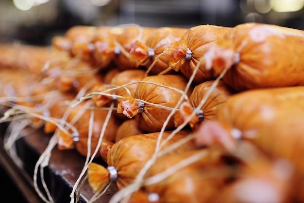 Produzione di salsicce bollite e salsiccia affumicata in una fabbrica di carne