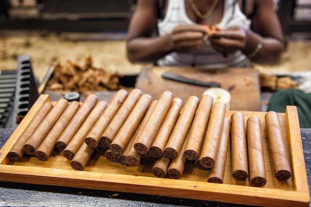 Produzione di sigari fatti a mano