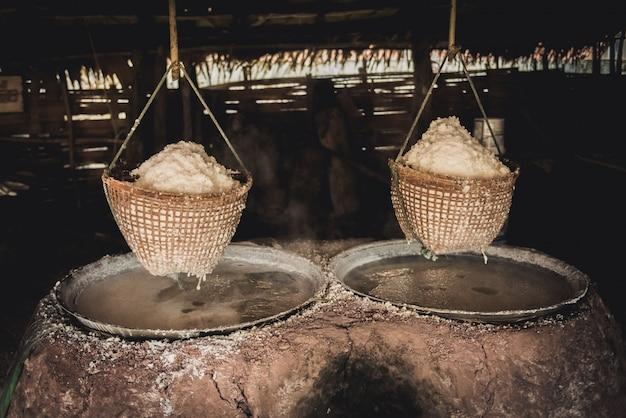 Produzione tradizionale di sale nel distretto di boklua, provincia di nan