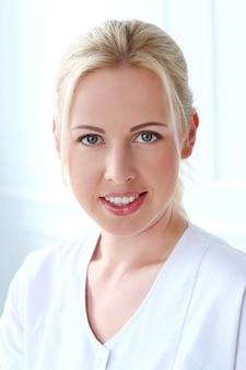 Professionale. bello cosmetologo con un sorriso carino