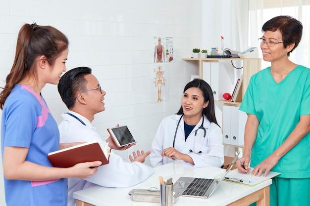 Professionista del gruppo sanitario asiatico