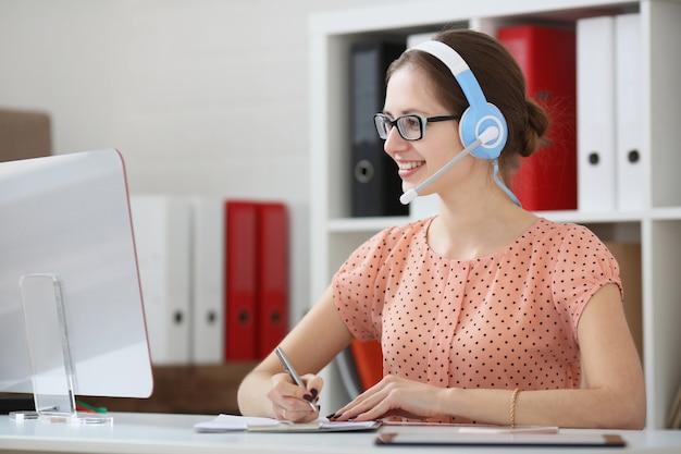 Professionista di supporto donna sul posto di lavoro