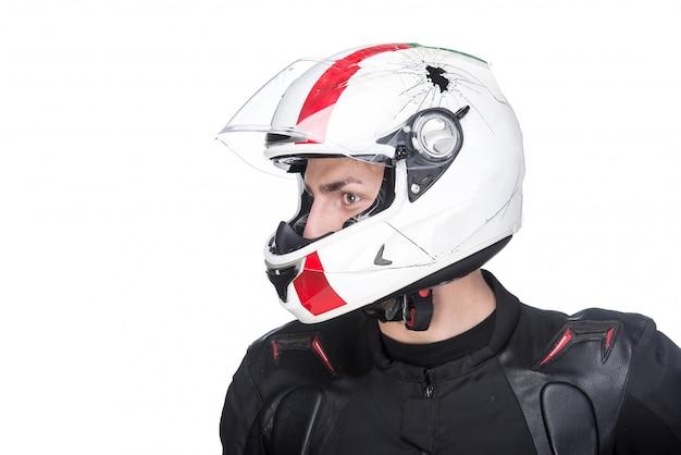 Profili il ritratto di giovane motociclista con il casco.