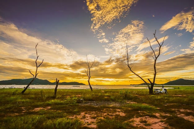 Profili il tramonto al bacino idrico di phra di colpo, il buri bon di sriracha, tailandia