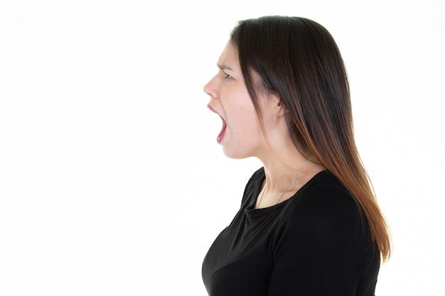 Profilo della donna che grida con il copyspace laterale