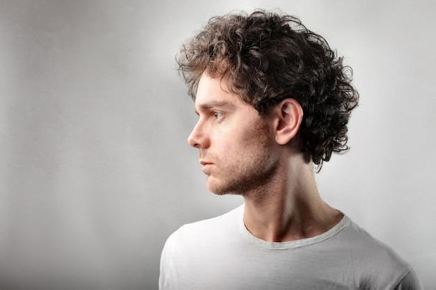 Profilo di un uomo dai capelli ricci