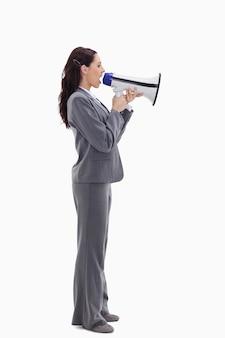 Profilo di una donna d'affari parlando ad alta voce in un megafono