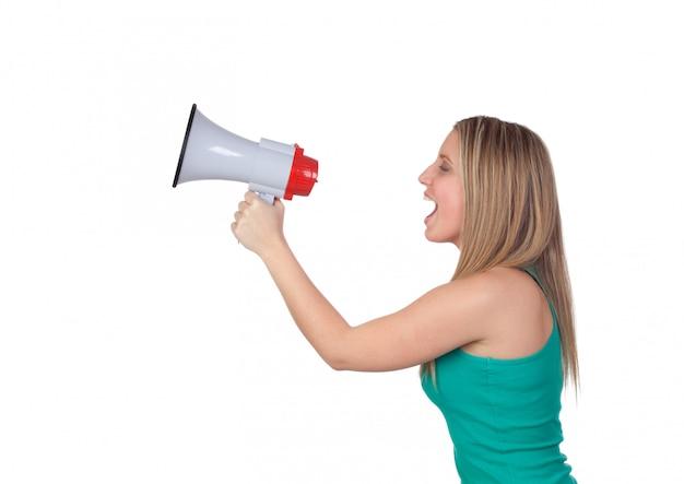 Profilo di una ragazza bionda con un megafono isolato su uno sfondo bianco