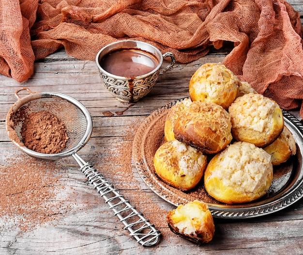 Profiteroles dessert con panna
