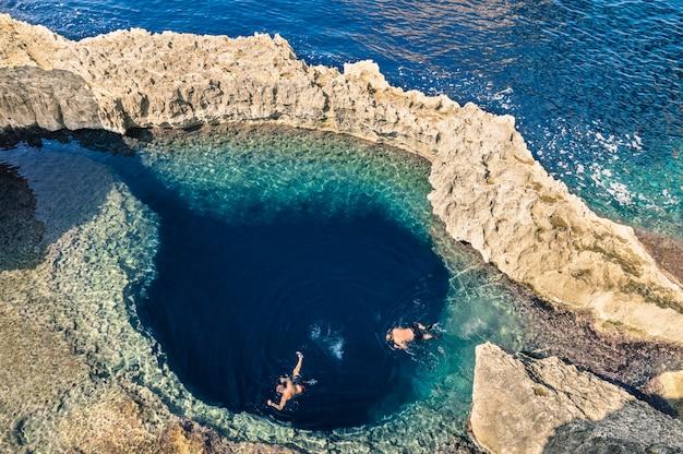 Profondo buco blu presso la famosa azure window nell'isola di gozo
