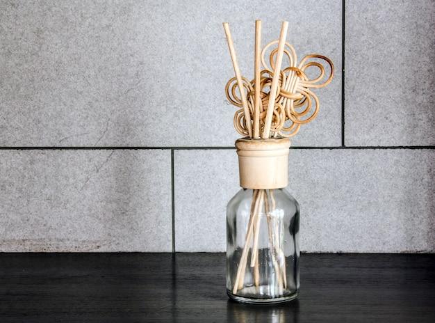 Profumo di decorazione in legno su bottiglia