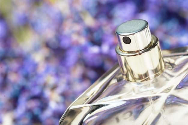 Profumo di donna in bellissimi fiori di bottiglia e lavanda