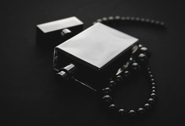 Profumo femminile con perle nere