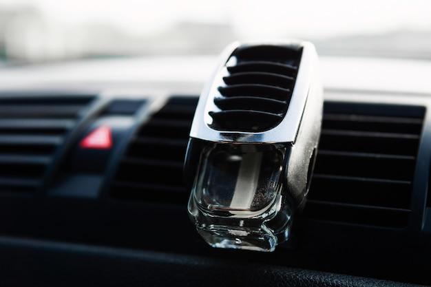 Profumo in un barattolo di vetro per auto. odore fresco in macchina