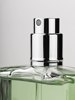 Profumo spray per bottiglie su grigio