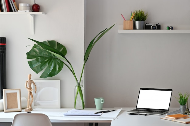 Progettazione creativa di architettura dell'area di lavoro con forniture per laptop e architetto.