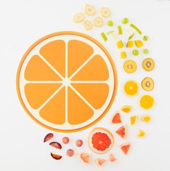 Progettazione di fetta di agrumi con fette di frutta su sfondo bianco