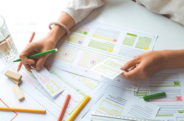 Progettazione di interfacce utente web per siti o applicazioni web.