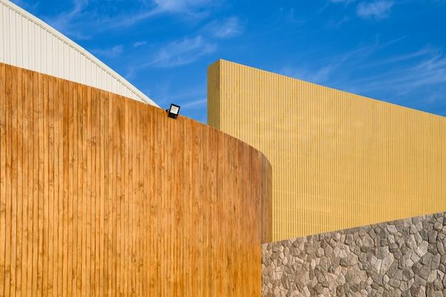 Progettazione di strato di edificio in legno con cielo blu