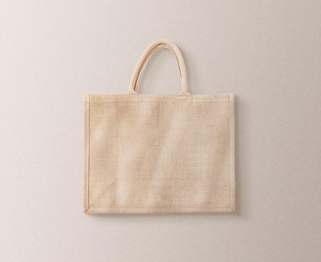 Progettazione marrone in bianco della borsa di eco del cotone isolata